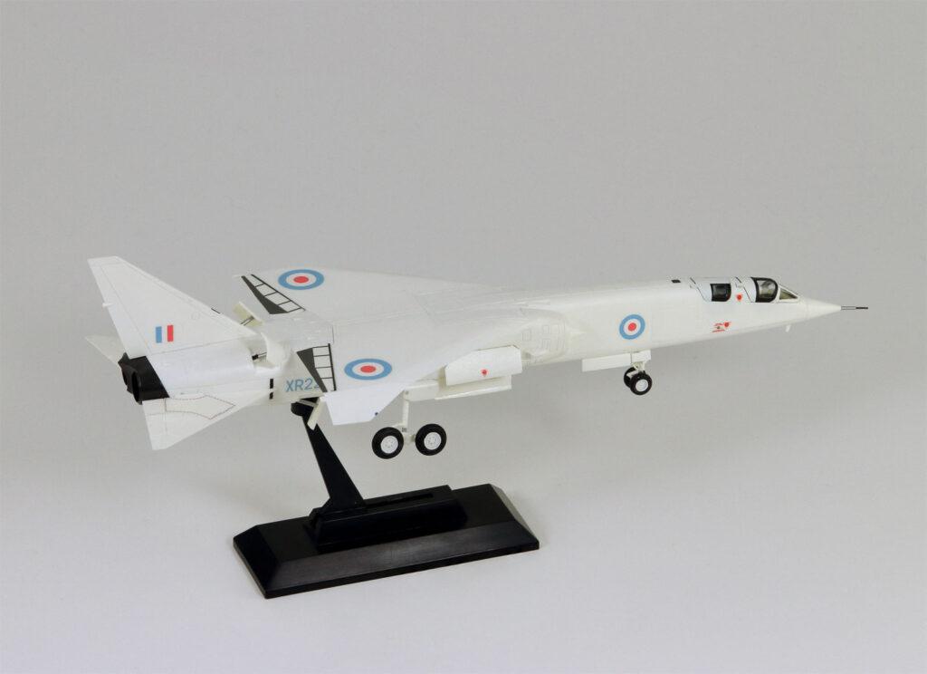 SN24 1/144 イギリス空軍 試作爆撃機 TSR-2
